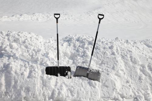 Am besten gemeinsam: Friede unter Nachbarn tut gut und macht auch das Schneeschippen einfacher.